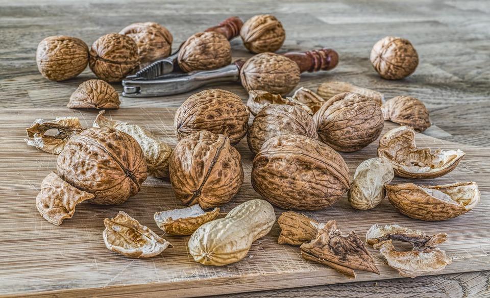 nuts-2971675_960_720
