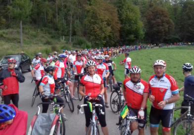 Viele Rot-Weiße bei der Raddemo in Bergatreute