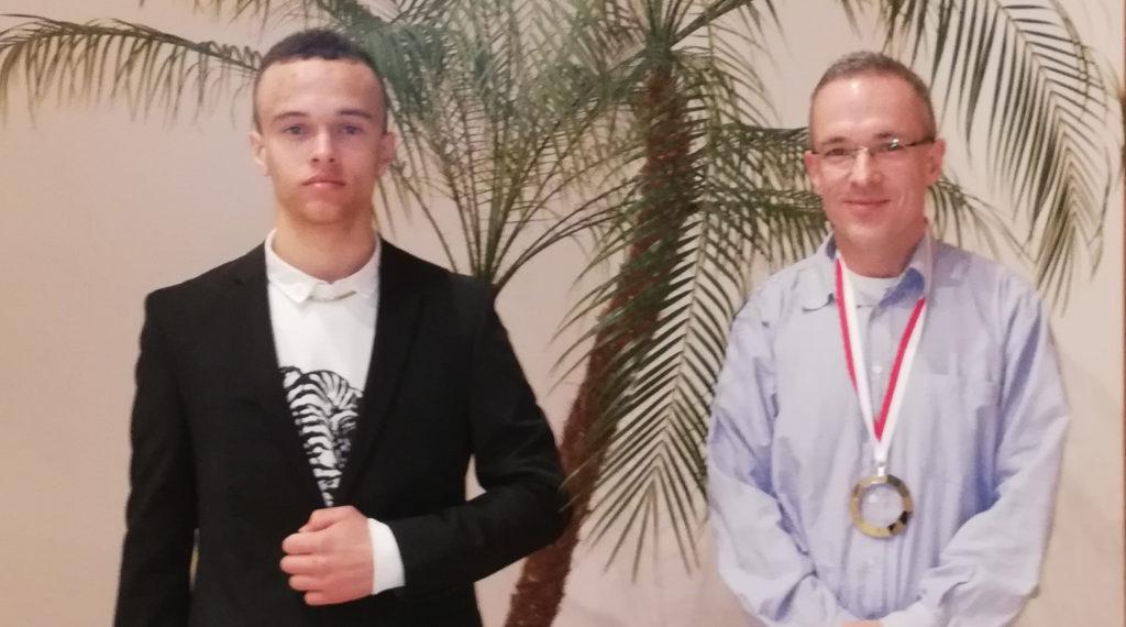 Leonhard de Araújo und Sven Albrecht freuen sich über die Ehrung